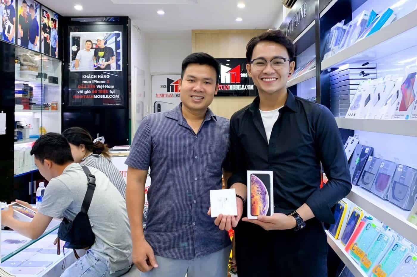 Hot boy làng hài Anh Tú chọn mua tai nghe Airpods tại Minh Tuấn Mobile