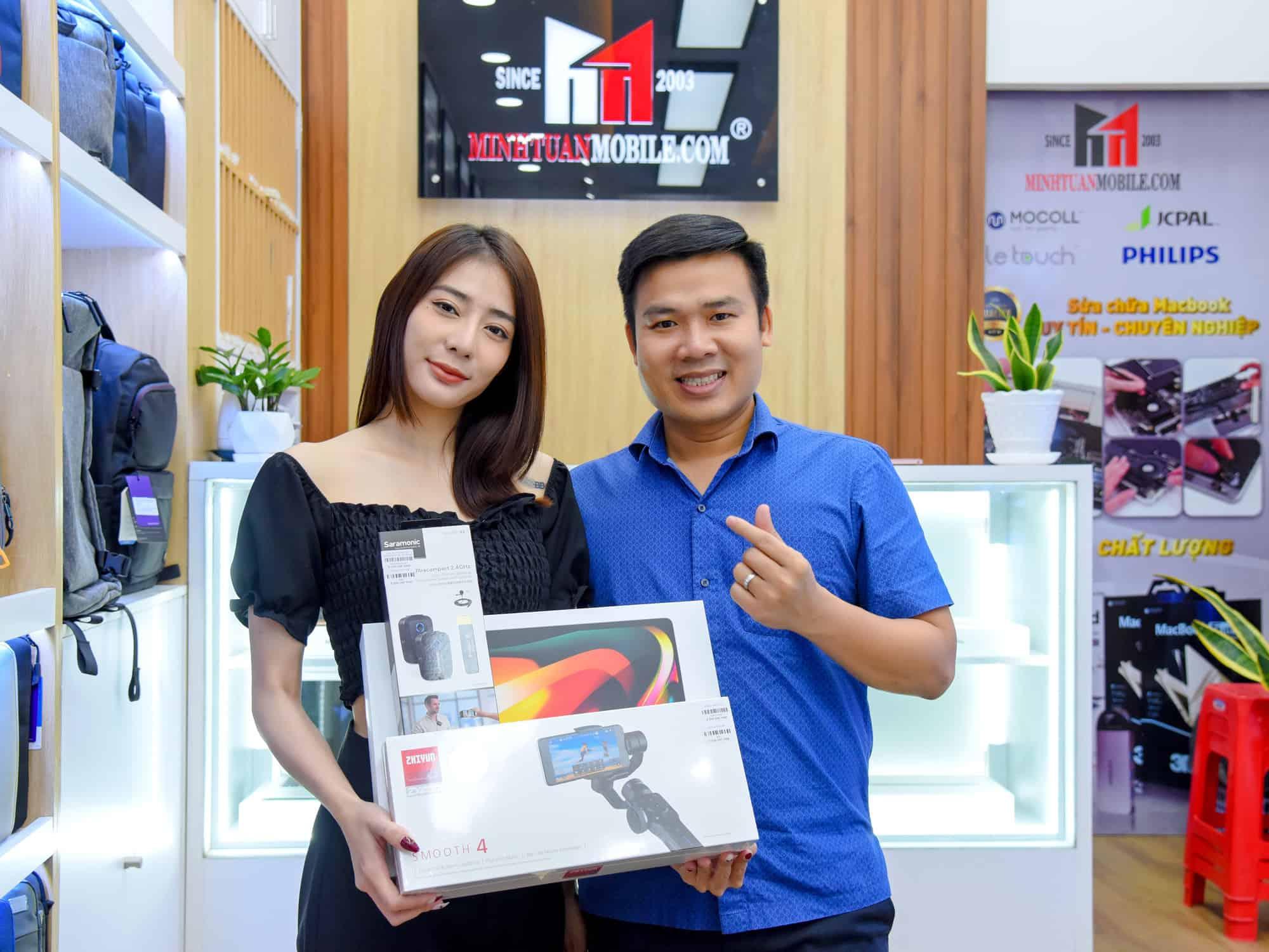 """Diễn viên Kim Nhã hào hứng """"ôm trọn"""" combo Macbook Pro, Smooth 4 và Saramonic"""