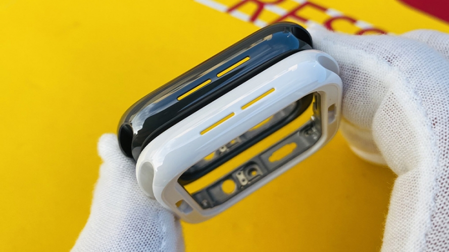 Đây là chiếc Apple Watch Series 5 phiên bản vỏ gốm đen chất lừ