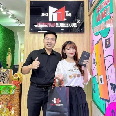 Hot girl Trang Nơ FAPTV ghé ủng hộ 12 ProMax và lời feedback dễ thương