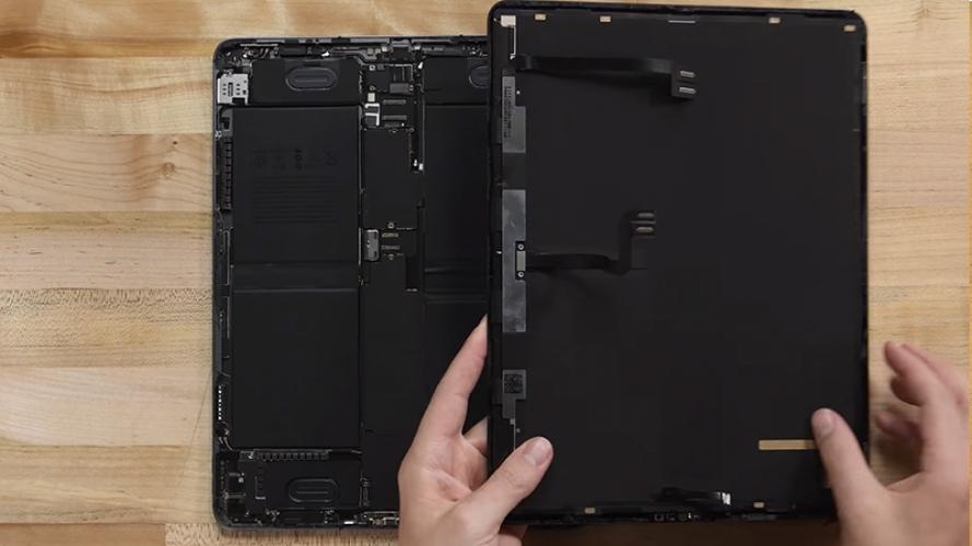 Mổ bụng iPad Pro M1 2021: Thấy rõ màn hình Liquid Retina một cách chi tiết nhất dưới kính hiển vi