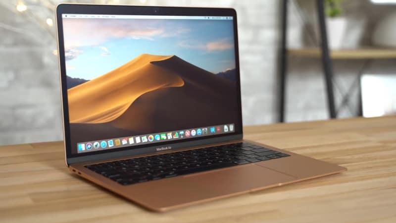 Laptop Apple MacBook Air 2020 đặt trên bàn