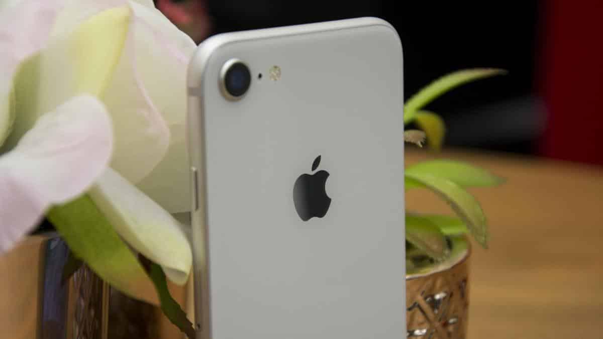 """iPhone SE 2020 so với iPhone 8: Nên chọn """"lão làng"""" hay """"tân binh"""" của nhà Táo"""